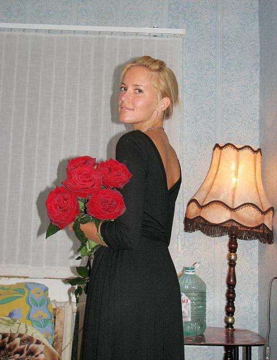 в черном платье